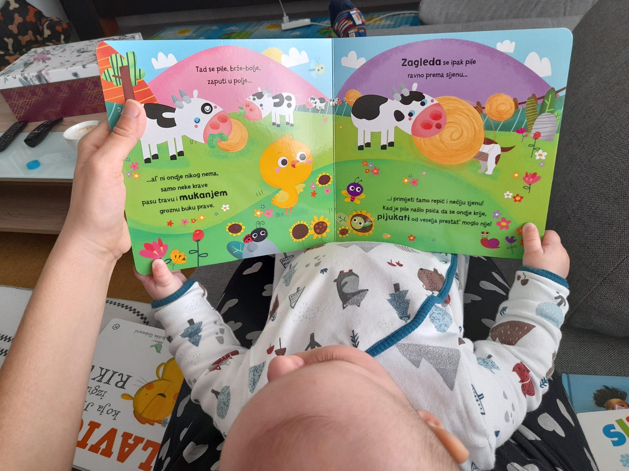 Beba čita s roditeljima